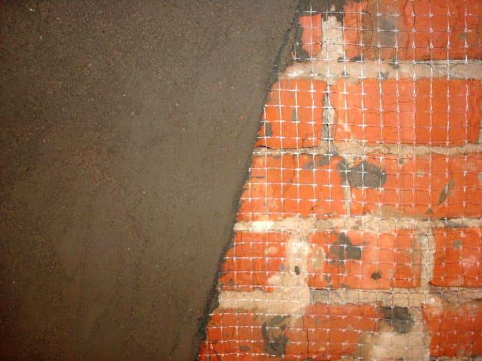Кирпичная стена выравнивается картой-сеткой, используются специальные маяки