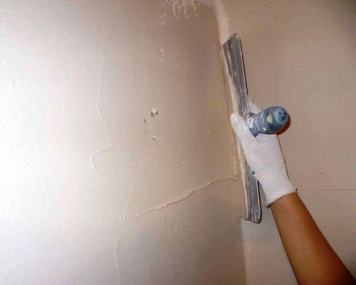 Неровности присутствуют на стенах, и поклеенные обои прекрасно демонстрируют этот дефект