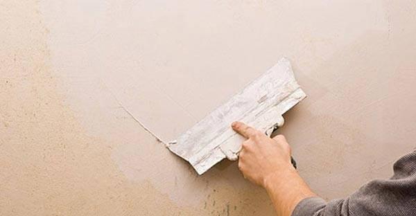 Наносим шпаклевку на стены