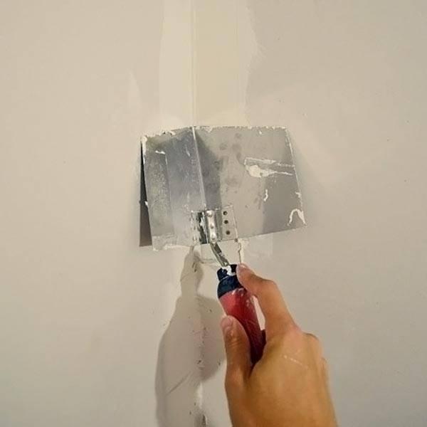 Используем угловой шпатель для углов