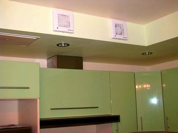 Принудительная вытяжка и вентиляционный короб в кухне