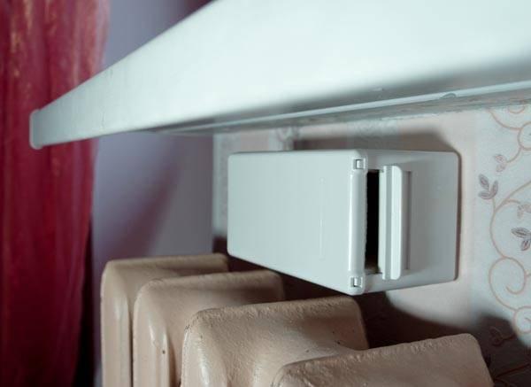 Отверстие приточной вентиляции, закрытое клапаном