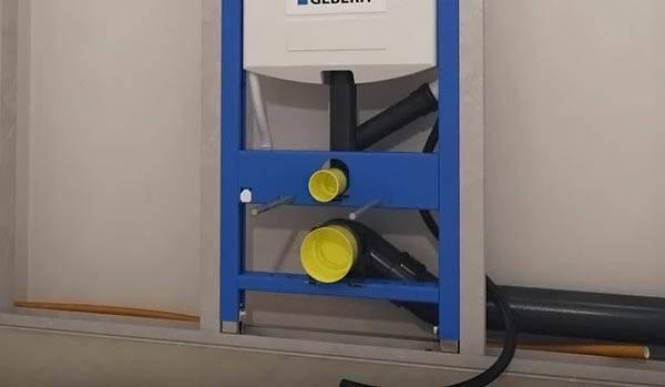 Делаем вывод канализационной трубы