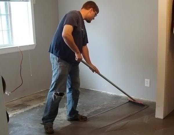 Работа с самовыравнивающей смесью для бетонного пола