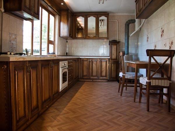 Полукоммерческий линолеум в кухне