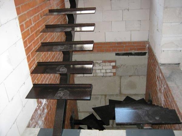 Процесс монтажа лестницы на одном косоуре