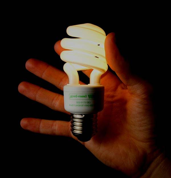 Почему моргает энергосберегающая лампочка при выключенном выключателе