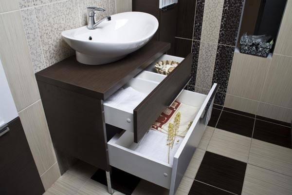 В тумбе можно хранить кучу полезных вещей для ванной