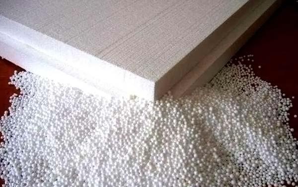 Пенопласт в плитах и пенополистирол в гранулах, который может служить засыпным материалом