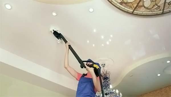 Перед мытьем зону у светильников рекомендуется пропылесосить