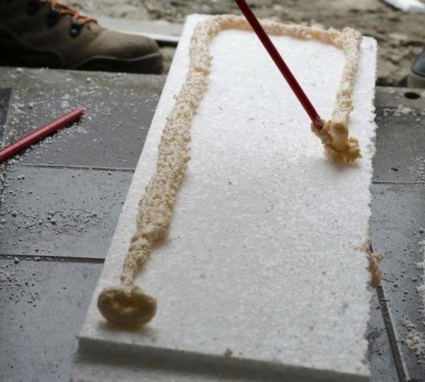 Нанесение клеевого состава на пенопласт