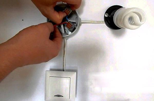Выключатель с подсветкой, подключенный к лампе