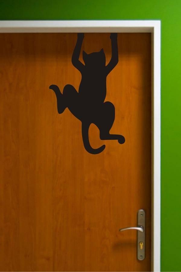 Забавный трафаретный рисунок на двери