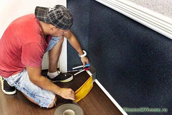 Крепим к стене полосу теплоотражающего материала