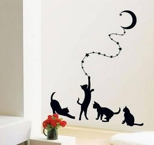 Кошачье семейство на стене