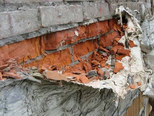 Разрушение кирпичной стенки после промерзания во влажной среде
