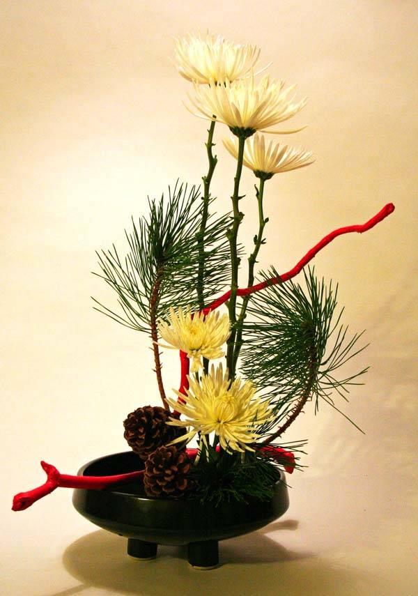 Композиция с традиционным символом Японии – желтой хризантемой
