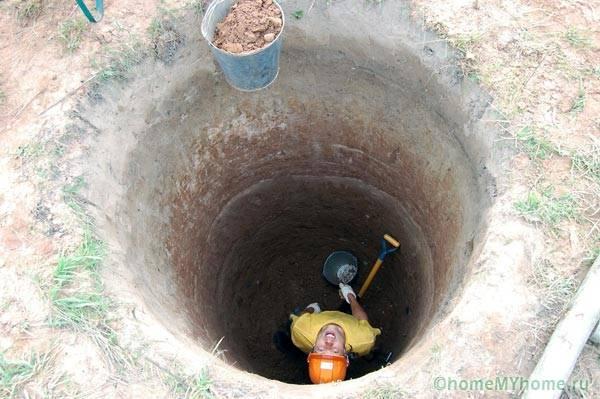 Часто, чтобы добраться до водоносного слоя приходится копать очень глубокие колодцы