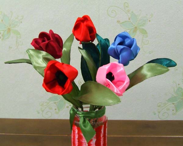 Цветы из лент в композиции