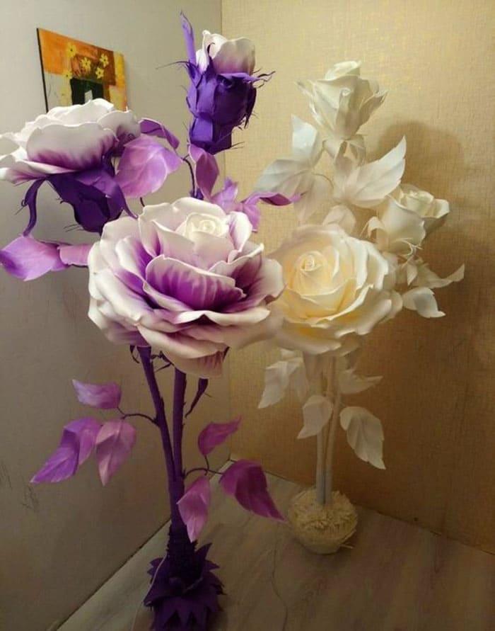 Большие цветы располагают или небольшой группой или поодиночке. Лучше всего поставить их в свободный угол