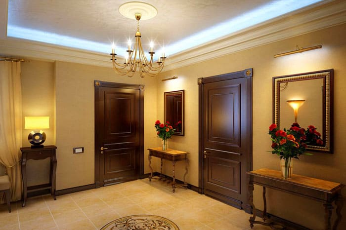 Вазы с цветочными композициями могут стоять на полу, там, где они не мешают, а также на консолях, комодах у зеркала