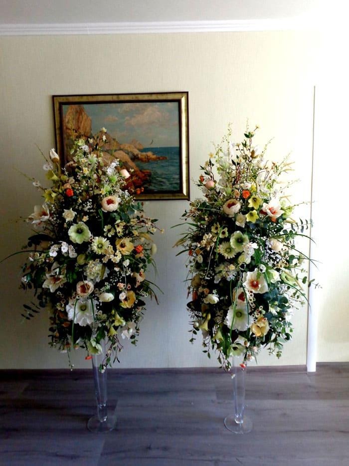 Большие вазы с объёмными букетами вряд ли можно уместить в гостиную малого размера, а вот поставить такие украшения у свободной стены просторного помещения очень даже можно