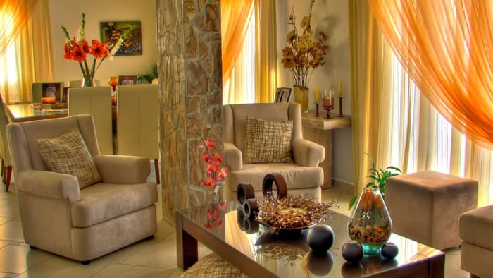 В гостиных, в которых нет обилия аксессуаров, можно расположить несколько цветочных ваз