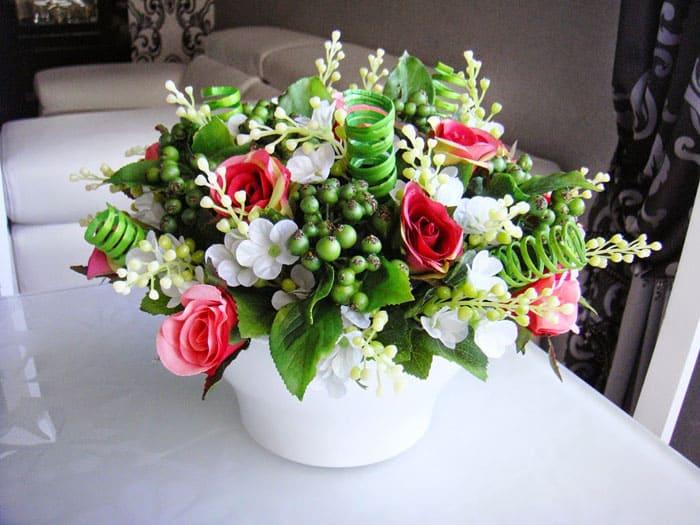 Белый горшочек классичен, он станет базой для небольшой цветочной композиции и найдёт себе достойное местечко в доме
