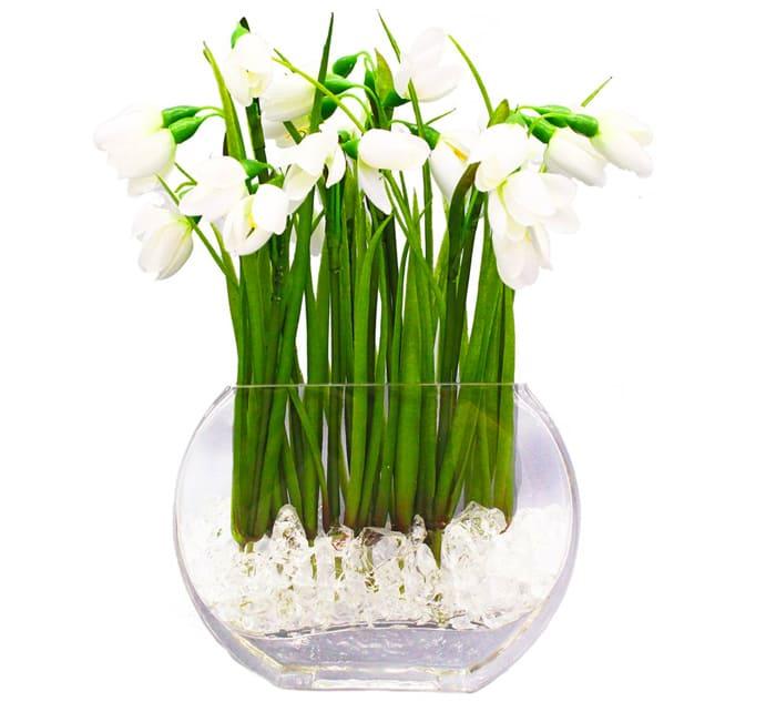 Не обязательно ставить в вазу букет из разных растений, вполне достойно можно обыграть один и тот же вид цветка