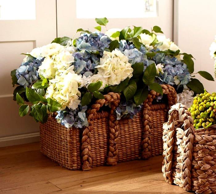 Напольные большие корзины требуют не менее крупных растений. Это могут быть гортензии, пионы, розы и композиции из них с добавлением других видов