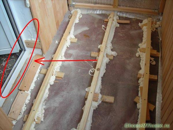 В большинстве случаев утепление пола потребует демонтажа дверных блоков