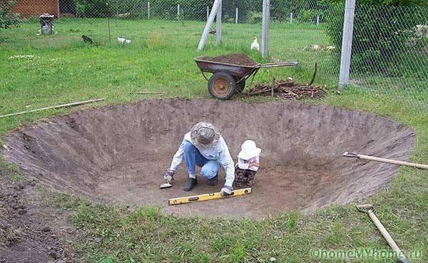 Снимаем первый плодородный слой почвы