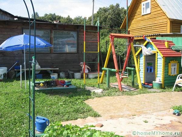 Дачная детская площадка с домиком и качелями