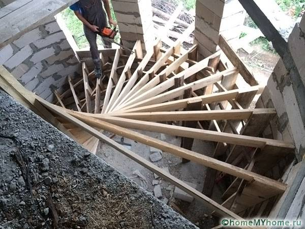 Монтаж деревянной винтовой лестницы