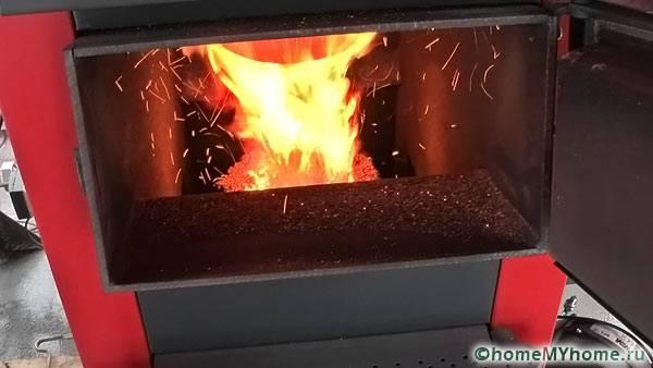 Пламя в котле, который разогнался до рабочего режима