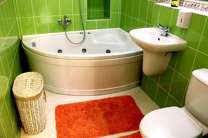 Угловая ванна рядом с умывальником экономит пространство