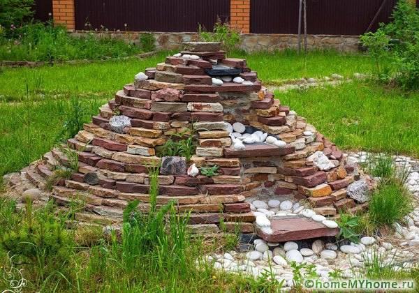 Пирамида весьма удачное решение для альпинария