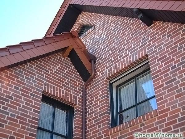 Фасад из красного кирпича