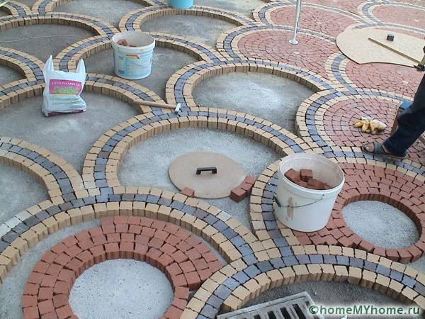 Процесс укладки плитки по кругу