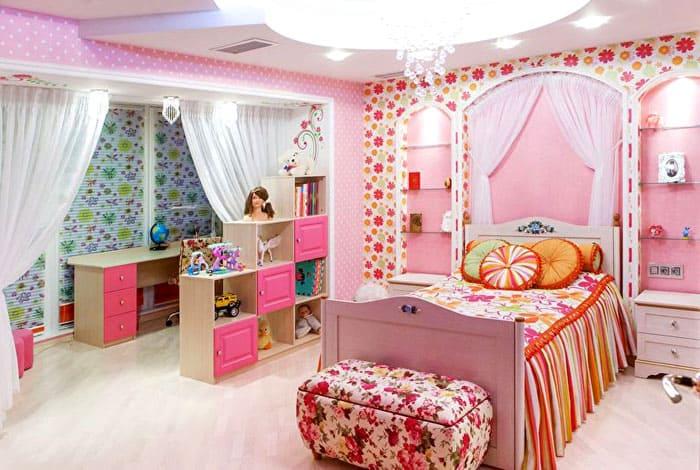 Когда в комнате сочетается несколько оттенков розового и они подходят к другим цветам декора, получается очень уютно, а розовый смотрится ненавязчиво