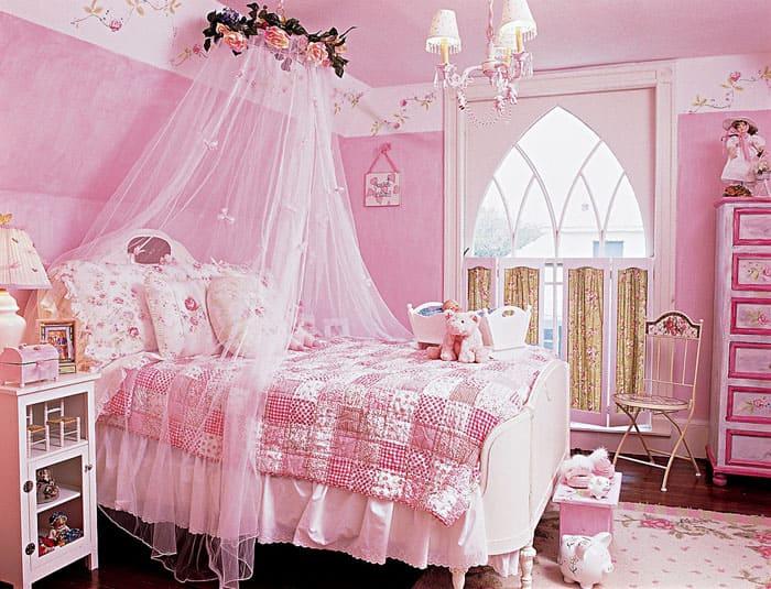 Нежно-розовый декор похож на сказку, для дошкольницы это подходит