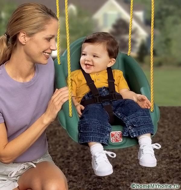 На качелях для малышей нужно предусмотреть ремни безопасности
