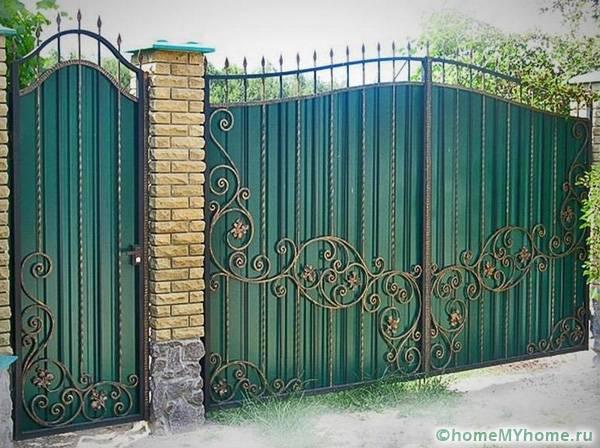 Кованные элементы на заборе из профиля