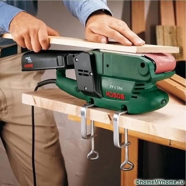 При помощи дополнительных крепежей можно установить машинку на стол и шлифовать небольшие предметы