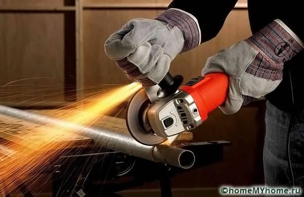 Работая с металлом нужно обязательно использовать очки и перчатки