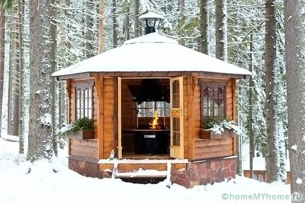 Дачная кухня с мангалом согреет в морозный день