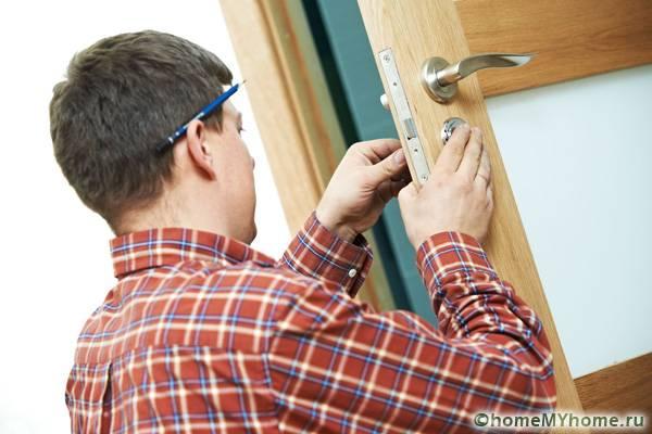 Устранить перекос двери довольно сложно, поэтому важно правильно смонтировать полотно