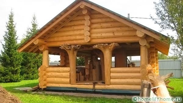 Для строительства деревянных беседок используют оцилиндрованные бревна и декоративные элементы из дерева