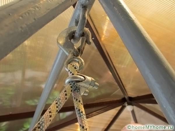 Крюк удобен тем, что при желании качели можно снять