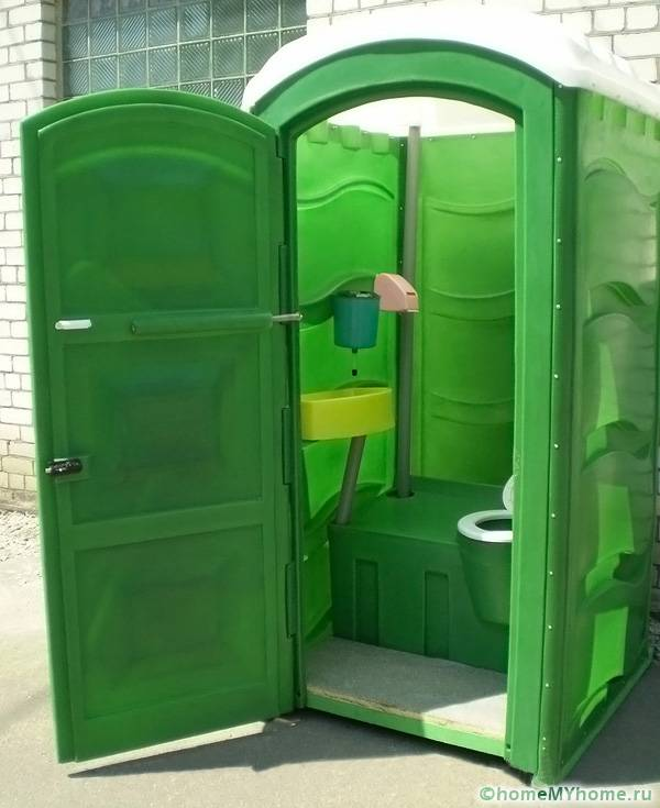 Пластиковые туалетные кабинки выпускают в разных комплектациях и цветовых вариантах